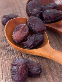 Top 10 Health Benefits Of Dates: Dates help in curing abdominal cancer and are also known to improve eyesight and night blindness.