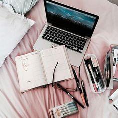 Ya es hora de descansar y relajarnos un poquito ✌ ⠀ ¿A ti qué te gusta hacer en tus ratos libres? ⠀  ⠀  #relax #goodvibes #freespirit #pinklover