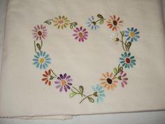 coração bordado em lençol