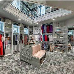 De dos pisos, con materiales lujosos o con muebles sofisticados. ¿Cómo es el vestidor de tus sueños? Echa un vistazo a las siguientes imágenes e inspírate en las infinitas posibilidades del diseño.