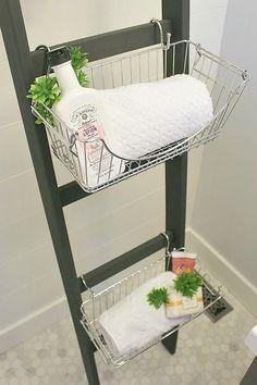 Ou então, use uma escadinha de madeira, ganchos em S e cestas para fazer um lindo armário de banheiro. | 23 maneiras inteligentes de organizar seu apartamento pequeno