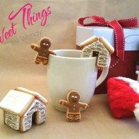 Winter cabin & 2 hanging gingerbread men with a mug - sweetthingsbywendy.ca Edible Favors, Winter Cabin, Party Favours, Gingerbread Men, Joy To The World, Cookies, Mugs, Sweet, Crack Crackers