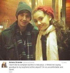 """Ariana y su novio Jai Brooks se despidieron hace unos días después de pasar varias semanas juntos en Nueva York.   Pues el momento de la despedida de Ariana y Jai lo grabó un paparazzi... Y a Ariana no le hizo nada de gracia que un fotógrafo invadiera ese momento en el que ella y su novio se daban un abrazo antes de decirse adiós.  Mirad lo que dijo Ariana sobre esa experiencia:  """"No me gusta quejarme, pero esto es ridículo. ¿Me has grabado diciendo adiós a mi novio en el aeropuerto? E"""