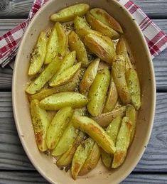 Pommes de terre au four à l'ail et au romarin - Pour 4 personnes: 8 pommes de terre, 2 gousses d'ail, romarin, huile d'olive, fleur de sel, poivre