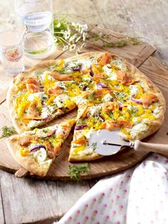 Pizza goes Skandinavien: Lachs-Pizza mit Schmand und Dill
