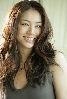 年齢を重ねるごとにますます色っぽく美しくなる井川遥さん。あの無造作なヘアスタイルは抜け感タップリで誰でも女性らしく見せてくれそう。