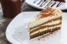 La torta al caffè con crema al tiramisù è un dolce ricco, dal sapore intenso e dalla cremosità che vi conquisterà al primo assaggio. Ecco la ricetta