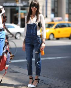 Overall + pumps = Casual chic Denim Fashion, Look Fashion, Womens Fashion, Street Fashion, Overalls Fashion, Child Fashion, Fashion News, Spring Fashion, Casual Chic