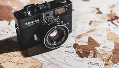 Looking for a new camera? This guide will tell you everything you need to know to choose the best camera for travel photography! Travel Pictures, Travel Photos, Best Cameras For Travel, Appareil Photo Reflex, Camera Photos, Accessoires Photo, Antiques Online, Take Better Photos, Vintage Cameras
