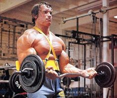 ILYKS.COM - Arnold Schwarzenegger with arm blaster on curling up a decent amount of weight back in the 70s Using the arm blaster