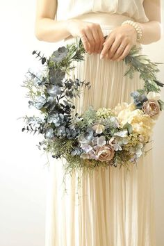Los aros de flores son la alternativa más bonita a los ramos de novia · Princesas de Paloma Barba · Maquillaje & Peinado & Tocados de novia