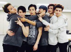 Aww look at the love between Vixx. Ravi pulling n's ears and Leo's hand around Ravi's waist lol