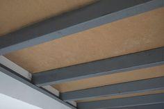 El aglomerado de madera hace suelo en una entreplanta metálica. Tiene 22 mm de ancho, un grosor suficiente para hacer un buen suelo en la entreplanta metálica. Es hidrófugo. #entreplanta #donostia #sansebastian #gipuzkoa #madera #hidrofuga #casaspequeñas #vigas