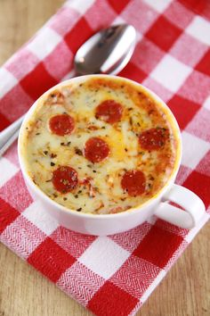 Mug Pizza (Microwave Mug Meals) Microwave Mug Pizza -INSANELY good Pizza made in the microwave. Single serving, real food, made in minutesMicrowave Mug Pizza -INSANELY good Pizza made in the microwave. Single serving, real food, made in minutes Pizza In A Mug, Pizza Cups, Good Pizza, Pizza Pizza, Fast Dinners, Easy Meals, Easy Snacks, Good Meals, Vegetarian Recipes