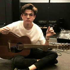 Blake Richardson, did you break another guitar string? New Hope Club, A New Hope, Blake Richardson, Blake Edwards, Grace Vanderwaal, Disney Music, Charlie Puth, The Vamps, Meme Faces