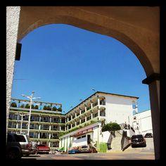 entrada arco hotel
