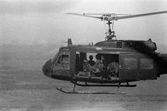"""Soldados relaxam a bordo de um de Bell UH-1 Iroquois - o Huey. Estar a bordo de um helicóptero, era como estar em um período de férias em miniatura, uma vez que forneceu alguns momentos de descanso """"da guerra."""" Localização, nomes e data desconhecida."""