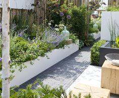 Modern en strak. De designtuin is overzichtelijk en heeft een strakke vormgeving met een aantal opvallende elementen. Bestrating, beplanting, tuinmeubelen en accessoires; alles is tot in detail op elkaar afgestemd.