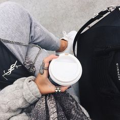 we love fashion Fashion Bags, Love Fashion, Winter Fashion, Fashion Outfits, Womens Fashion, Poses, Airport Style, Sweater Weather, Belle Photo