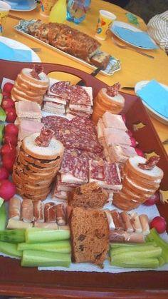 Recette apéro château fort pour enfants (toasts jambon, saucisson, légumes...) Un apéritif avec les enfants en forme de château fort c'est amusant et gourmand. Des tours de pain de mie au jambon, au kiri ou à la vache qui rit, à la tapenade maison, des involtinis de jambon cru au fromage, du saucisson, des bâtons de concombre, de beaux radis...