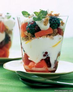 20 Sweet Snacks under 200 Calories.including a Papaya-Berry Yogurt Parfait Healthy Fruit Desserts, Healthy Fruits, Healthy Desayunos, Healthy Snacks, Healthy Recipes, Protein Snacks, High Protein, Healthy Eating, 200 Calories