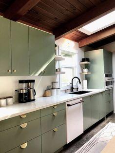 Modern And Trendy Kitchen Cabinets Ideas And Design Tips – Home Dcorz Kitchen Slab, Green Kitchen Cabinets, Kitchen Cabinet Doors, Kitchen Shelves, Kitchen Reno, Diy Kitchen, Kitchen Interior, Cabinet Fronts, Kitchen Ideas