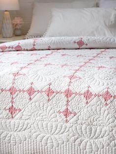 Antique Quilts, Vintage Quilts, Feather Wreath, Straight Line Quilting, Nine Patch, Make A Gift, Fabric Scraps, Decoration, Dekoration