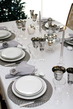 Natal. Mesa posta. Tableware. Tablescape. Bololô Christmas Table Settings, Christmas Tablescapes, Holiday Tables, Formal Dining Tables, Dinning Table, Cosy Decor, Deco Table Noel, Table Set Up, Decoration Table