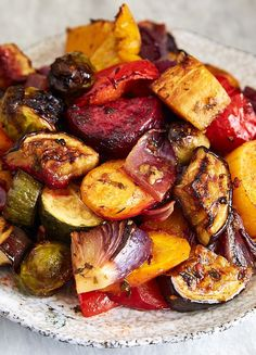 Scrumptious Roasted Vegetables – The best oven roasted vegetables ever! Made qui… Scrumptious Roasted Vegetables – The best oven roasted vegetables ever! Made quickly and effortlessly. Every vegetable is cooked to perfection. Vegetable Sides, Vegetable Side Dishes, Vegetable Salads, Vegetarian Recipes, Cooking Recipes, Healthy Recipes, Recipes With Beets Vegan, Pan Cooking, Cooking Beets