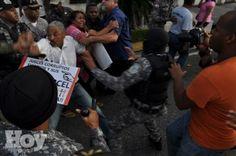 """""""Democracia"""" dominicana vuelve a impedir con macanas y gases demostracion pacifica de universitarios"""