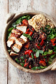 Sałatka z komosą ryżową, grillowanym kurczakiem, papryką i hummusem | Kwestia Smaku Nachos, Guacamole, Hummus, Bowls, Paella, Cobb Salad, New Recipes, Food Porn, Healthy Eating