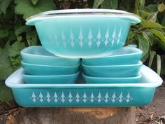 "A great vintage set of turquoise Agee Pyrex. rectangular casserole, ramekins and round casserole with lid. ""Turquoise with White Spears"" pattern. Vintage Kitchenware, Vintage Dishes, Vintage Glassware, Vintage Pyrex, Vintage Decor, Retro Vintage, Vintage Stuff, Pyrex Bowls, Pyrex Lids"