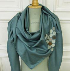 °°triangula°° ergänzt dein outfit auf lässige weise. auf smaragdfarbenem baumwollsatin sind lederkreise  aufgenäht.      mit st. anderswo schriftzug