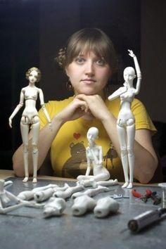 artista Marina Bychkova y algunas de sus muñecas sin terminar