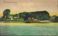 Ingekleurde prentbriefkaart met gezicht op de Zwolse oever van de IJssel met het Katerveer. Links de huizen bij de Katerveersluizen in de Willemsvaart (in 1819 voltooid, de grote sluis werd in 1871-1873 gebouwd vanwege het toenemend scheepvaartverkeer). Rechts op Katerveerdijk 3 het Katerveerhuis uit ca. 1860, tevens restaurant en uiterst rechts café IJsselzicht. De veerpont werd in 1914 van een motor voorzien en deed tot 1930 dienst, toen de IJsselbrug gereed was.