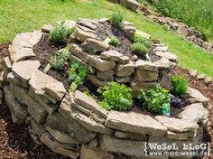 Ausführliche Anleitung zum Bau einer Kräuterspirale bzw. Kräuterschnecke mit vielen Bildern. Ein einfaches DIY für den eigenen Heimwerker Garten. #Kräuterspirale