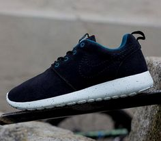Nike Roshe Run WMNS – Black / Suede