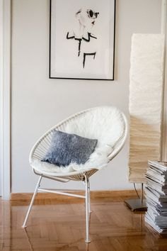 Ever since I moved into my new apartment, I've been dying for an Acapulco chair (you might remember it on this interior wishlist ). Wicker Dining Chairs, Wicker Furniture, Living Room Chairs, Living Room Interior, Living Room White, Cozy Living, Lounge Design, Chair Design, Acapulco Chair