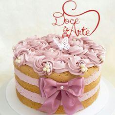 Naked Cake decorado com rosas de mousse de leite ninho