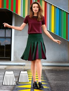 Every swing gives a new look on this knee-skimming skirt. The contrast base panels of the inverted box pleats are sewn in a bordeaux colour. Sew it with a mid-weight wool for the most beautiful drape on this style.