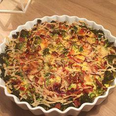 Tærte med bund af gulerod og broccoli. Fyld: broccoli, hytteost, peberfrugt, skinke, æg, mælk, oregano, parmesan.