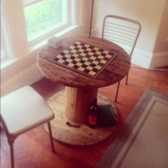 wire spool game table - makes me think of my grandpa :) - elegant decor Wooden Cable Spools, Wood Spool, Cable Drum, Cable Reel, Recycled Furniture, Painted Furniture, Diy Furniture, Spool Crafts, Pallet Crafts