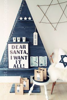 An alternative Christmas tree made from wood. Black and white Christmas decorating ideas. Alternative Christmas Tree, Diy Christmas Tree, Modern Christmas, Christmas Love, All Things Christmas, Beautiful Christmas, Christmas Holidays, Christmas Decorations, Pallet Christmas
