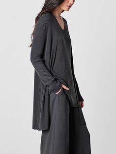 Shop women's casual clothing that effortlessly combines timeless, elegant lines with eco-friendly fabrics from EILEEN FISHER. 40s Fashion, Grey Fashion, Fashion Over, Fashion Outfits, Womens Fashion, Fashion Design, Comfortable Outfits, Casual Outfits, Quoi Porter