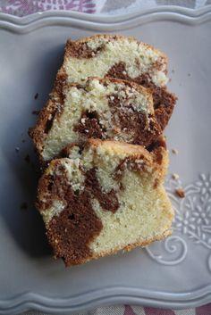 Un classico della merenda, il plum cake variegato con golosa crema spalmabile alle nocciole. Una ricetta semplice, genuina che sarà apprezzata da grandi e piccini. Buono a sapersi: potete aggiungere all'impasto una manciata di nocciole tritate grossolanamente. Ho usato uno stampo in silicone di 18,5cm x 9cm, se usate uno stampo normale imburratelo e infarinatelo. Se non trovate la Nocciolata, potete sostituirla con la Nutella. Ingredienti: 80gr di Nocciolata Rigoni di Asiago, 150gr di bur...