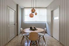 Decoração de apartamento, apartamento, apartamento masculino, apartamento com ambientes integrados. Sala de jantar com mesa redonda, com pendentes de cobre.