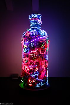 Neon by artist Nam June Paik at the Vodka Museum in Stockholm-like this use of color Neon Wallpaper, Iphone Wallpaper, Cellphone Wallpaper, Hipster Wallpaper, Wallpeper Tumblr, Nam June Paik, Instalation Art, Neon Aesthetic, All Of The Lights