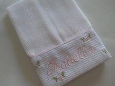 Fraldinha de boca 100% algodão com barrado de piquet bordado nome da criança com 4 florzinhas salpicadas.  Obs: A cor do bordado à combinar se desejar.