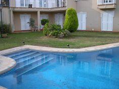 Vista de la piscina y los jardines. Desde él se puede acceder a los tres dormitorios de la planta inferior de unos 30 metros cuadrados cada uno. La escalera da acceso a la parte superior de la vivienda desde la que se puede acceder a la cocina y a la terraza superior.