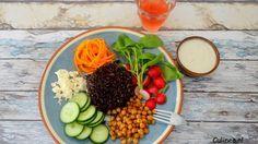 Zwarte rijst salade met geroosterde kikkererwten en tahinsaus
